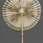 Ventaglio a Coccarda. Era usato nell'alto medioevo,  per la sua forma, alcuni esemplari sono conservati nelle chiese cristiane.