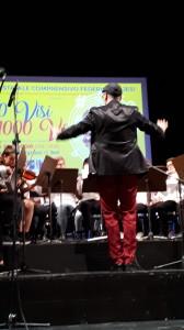 Il maestro Marco Santini durante l'esecuzione di un brano